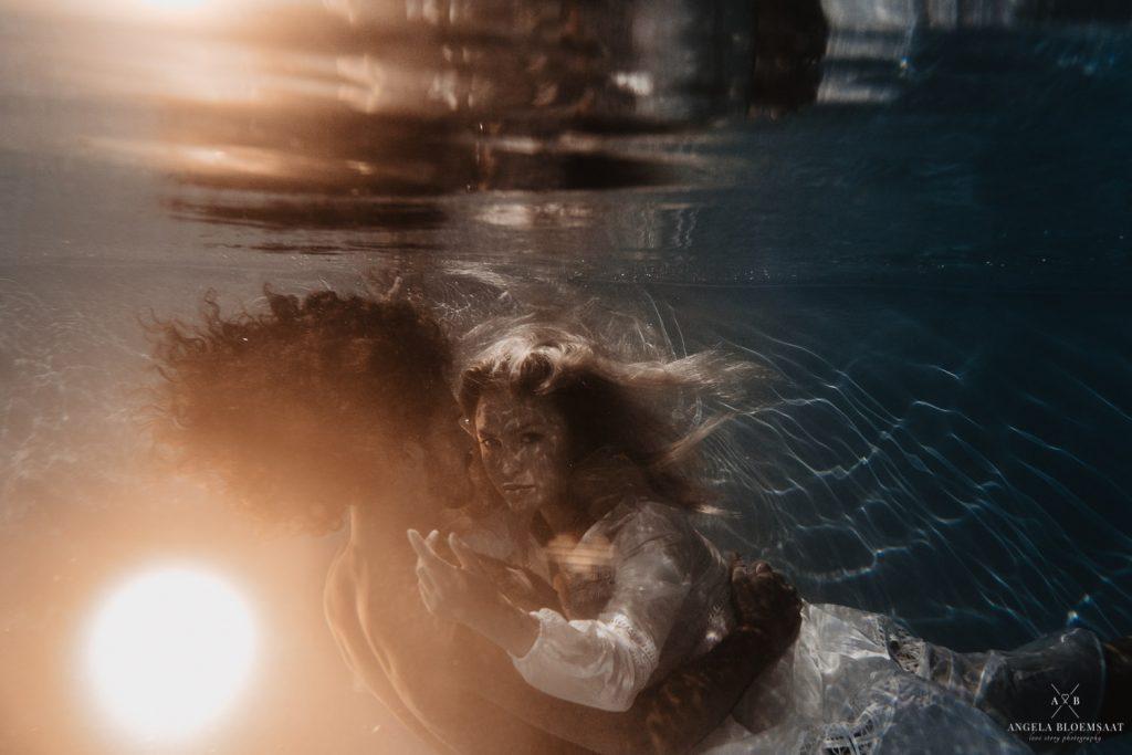 Onderwaterfotografie Nederland loveshoot zwembad angela bloemsaat